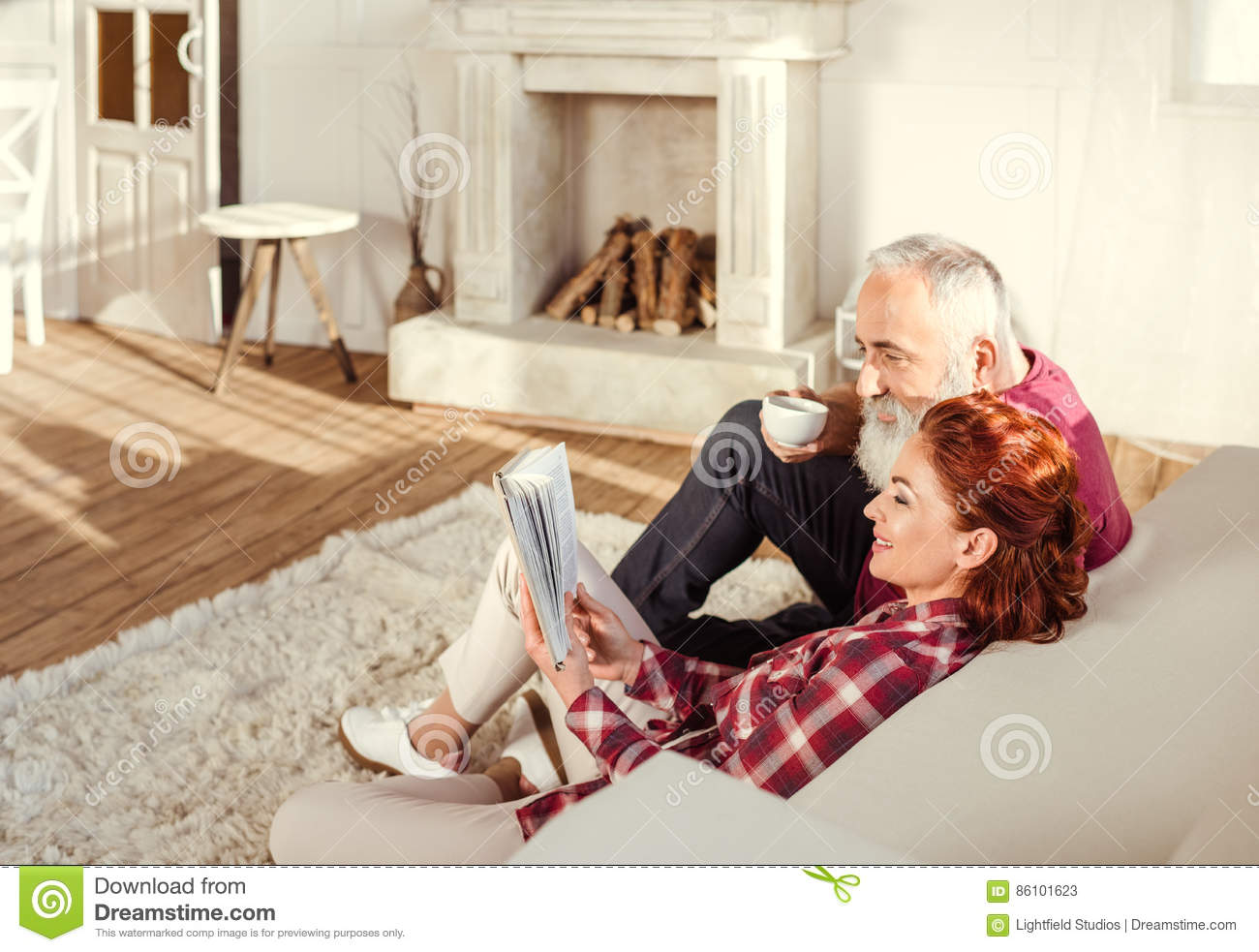 Mature Couple Reading Book Royalty Free Stock Photography