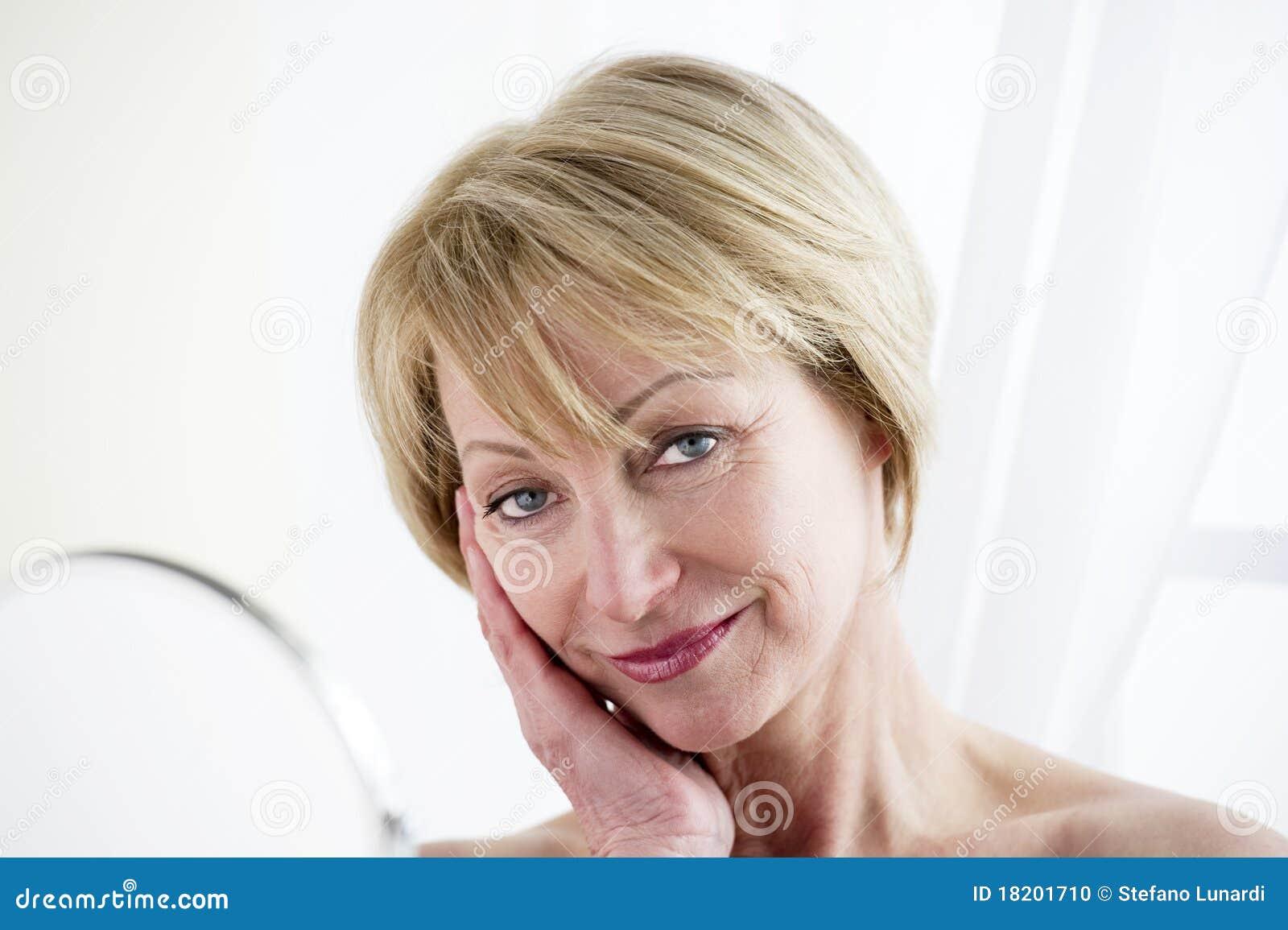 Порно с мамки онлайн, где баба отдает сынку свою киску
