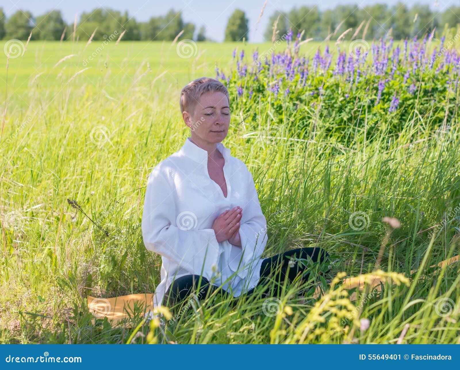 Фото на природе зрелых женщин 4 фотография