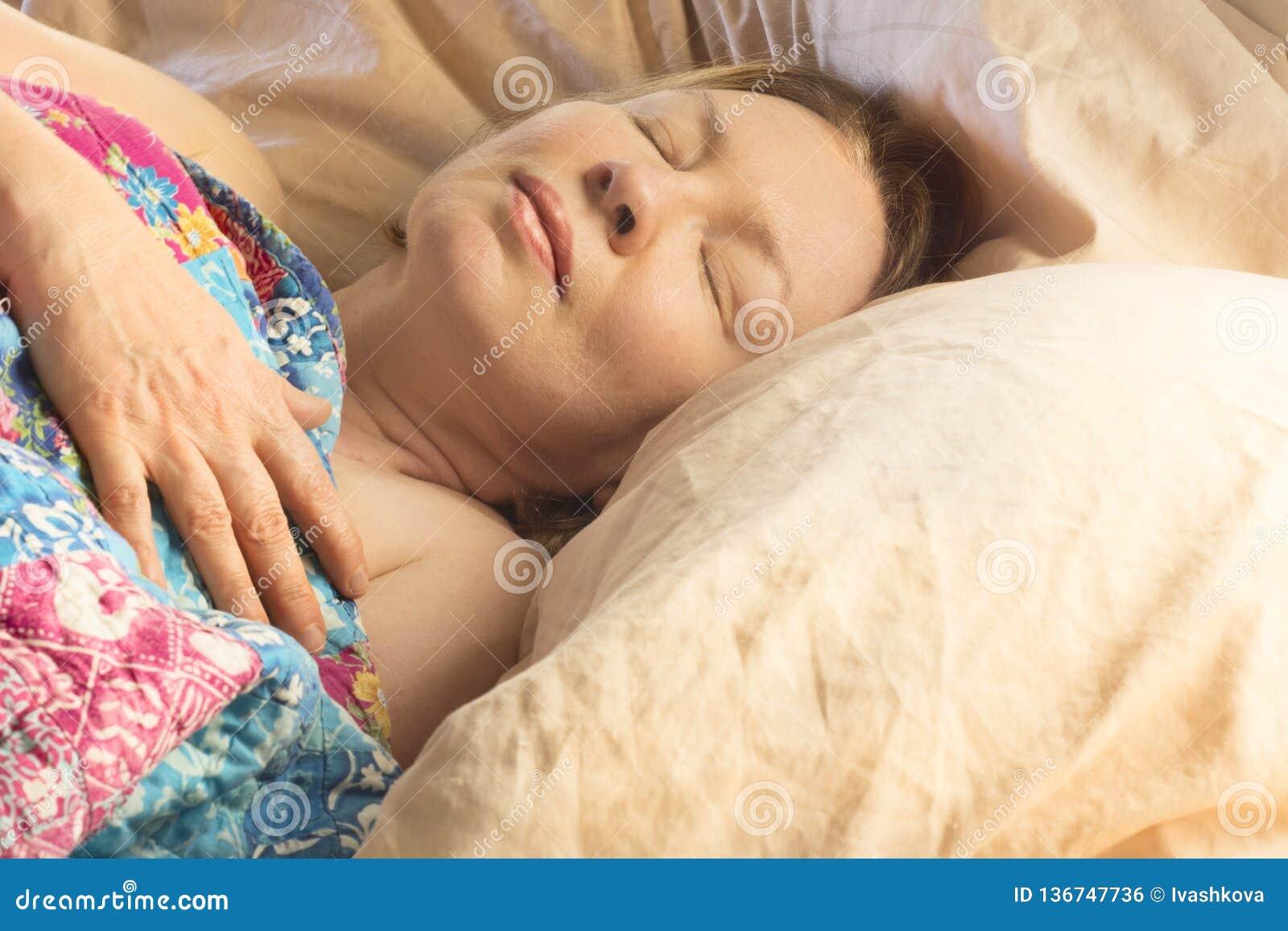 A wooman sleeping in