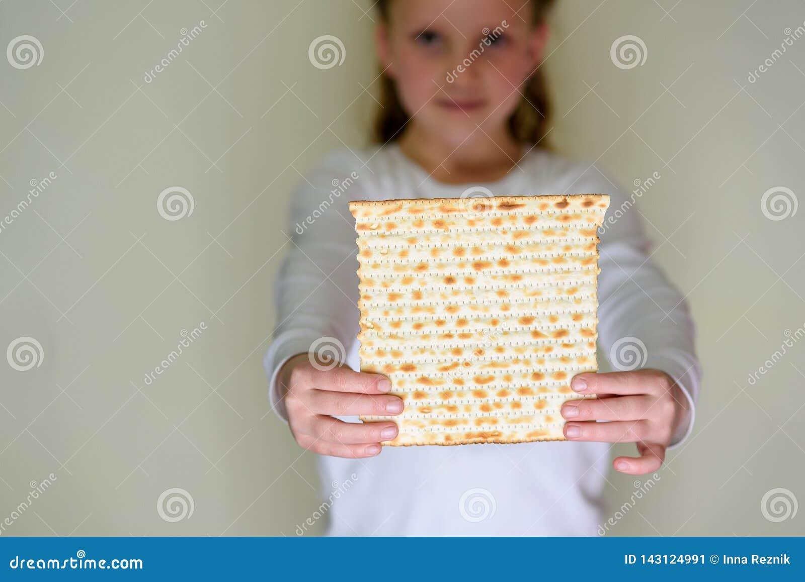 Matzah judío de la tenencia de la muchacha para la pascua judía