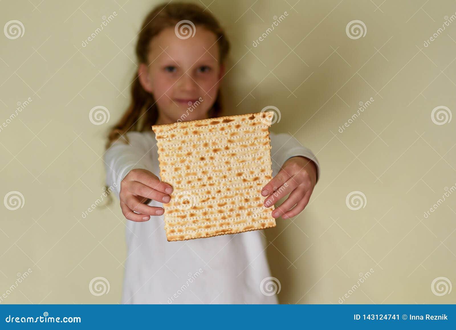 Matzah judaico da terra arrendada da menina para a páscoa judaica