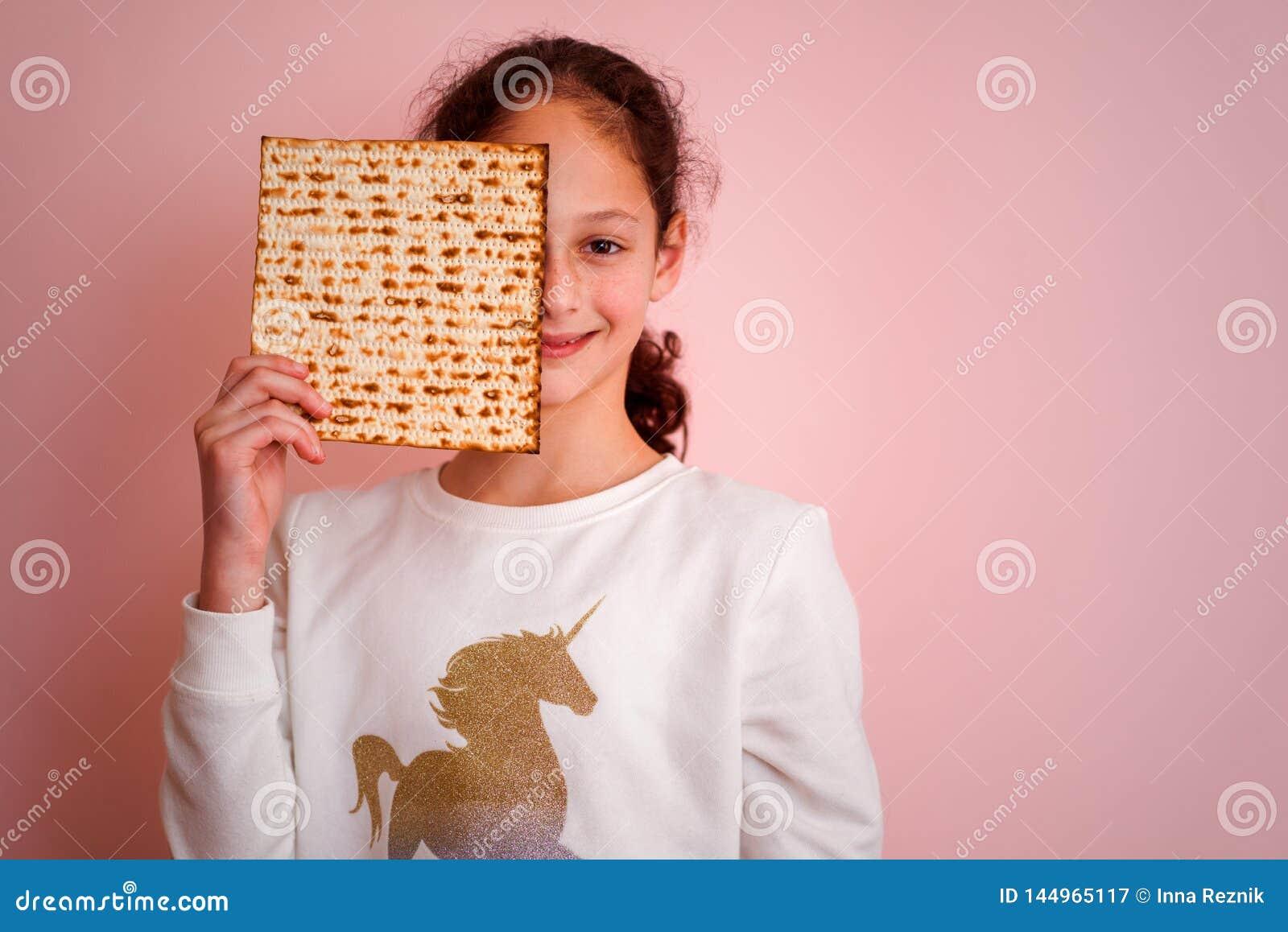 Matzah ou matza da terra arrendada da mo?a Convite ou cart?o judaico da p?scoa judaica dos feriados Foco seletivo Copie o espa?o