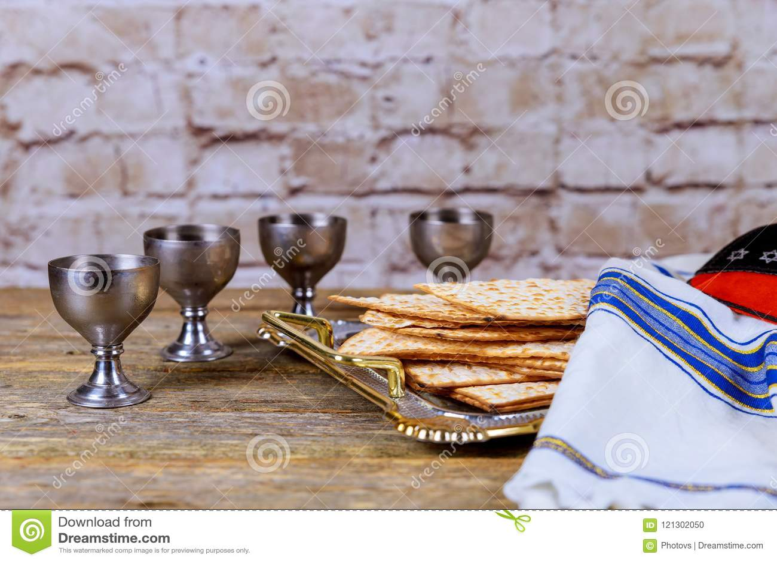 Matzot τέσσερα γυαλιά των συμβόλων κόκκινου κρασιού Passover
