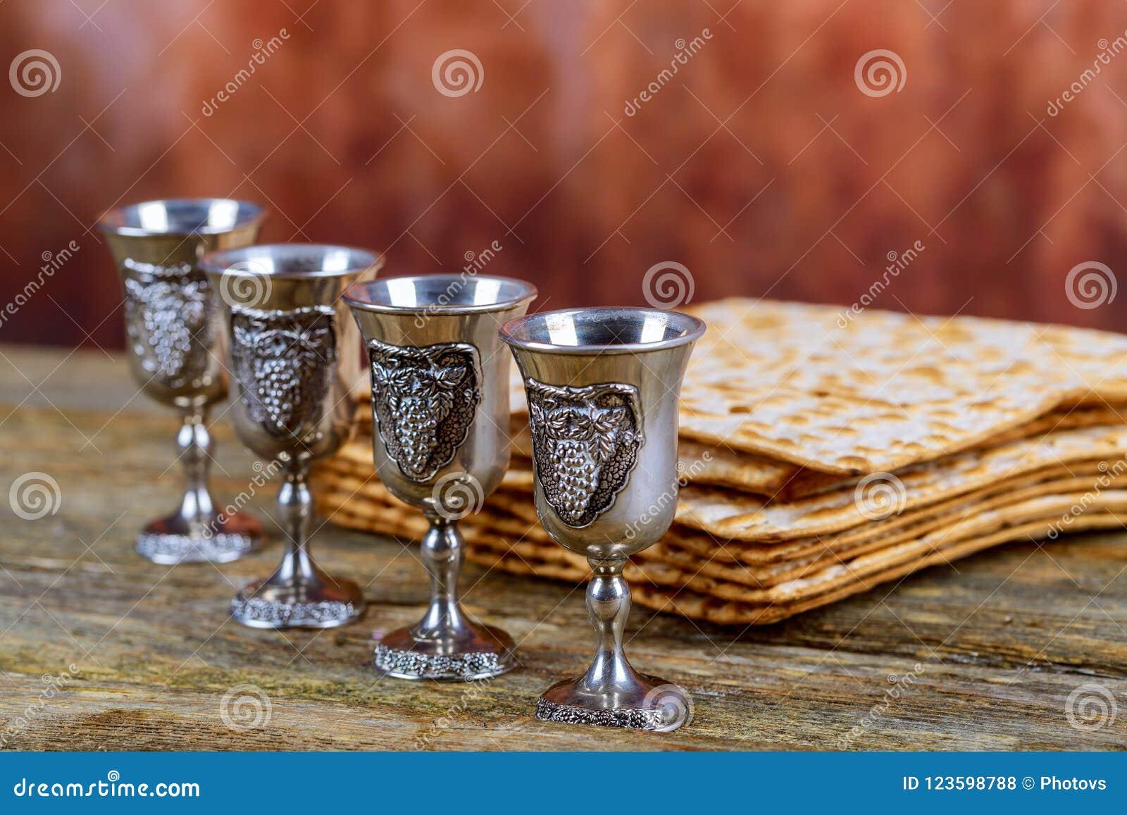 Matzot cztery szkła czerwone wino symbole Passover