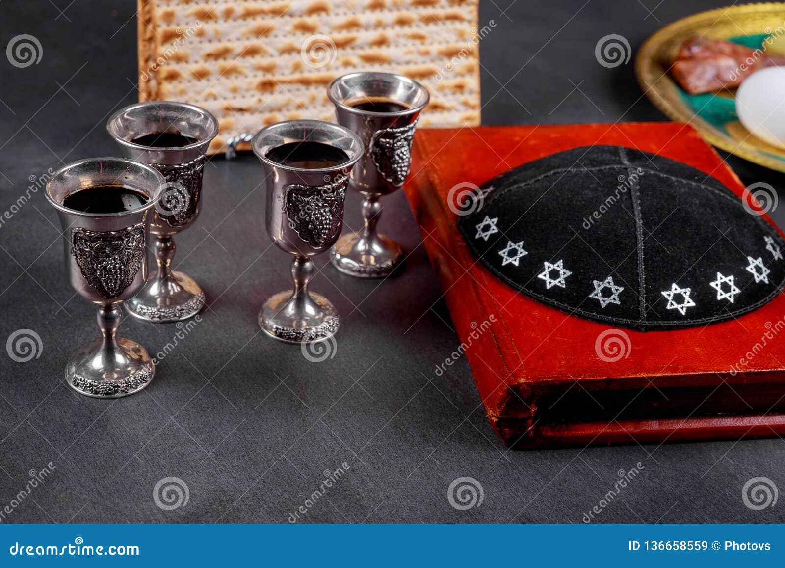 Matzot i cztery szkła czerwonego wina symbolu Passover