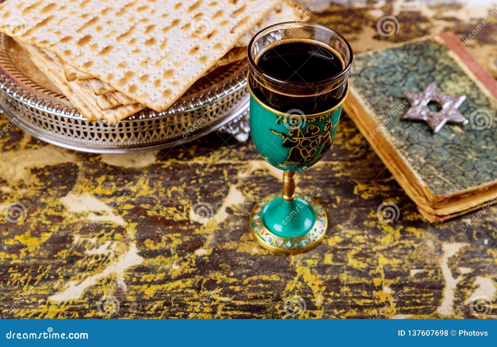 Matzot i szkła czerwonego wina symbole Passover