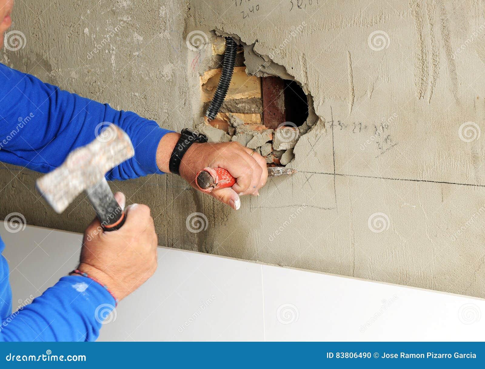 Beliebt Maurer, Der Das Loch In Der Wand Vorbereitet, Um Steckdosen Eines KQ65