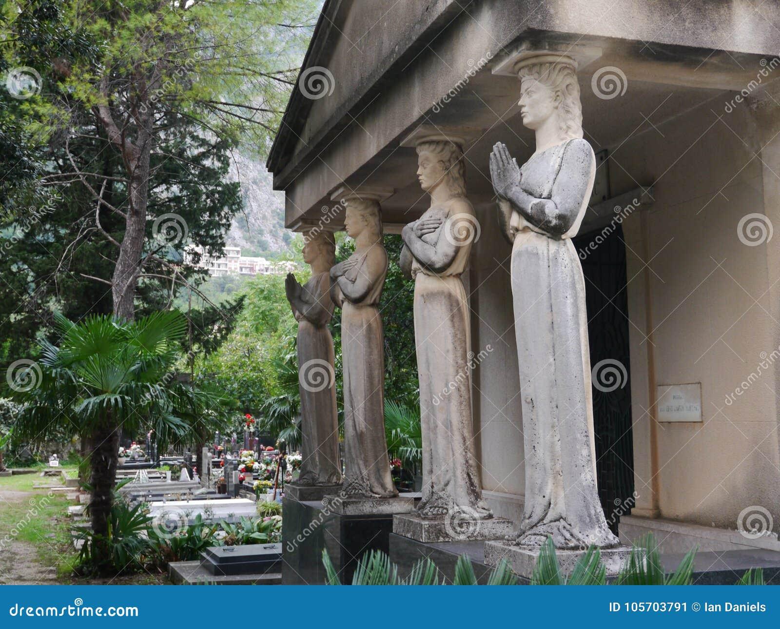 Mausoleum mit vier Karyatiden in Kotor, Montenegro