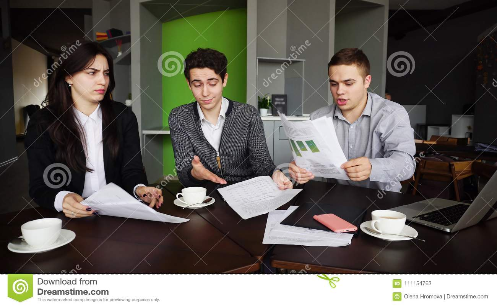 Mauvais jour au travail pour les hommes et des femmes des employés et de wor du ` s de société
