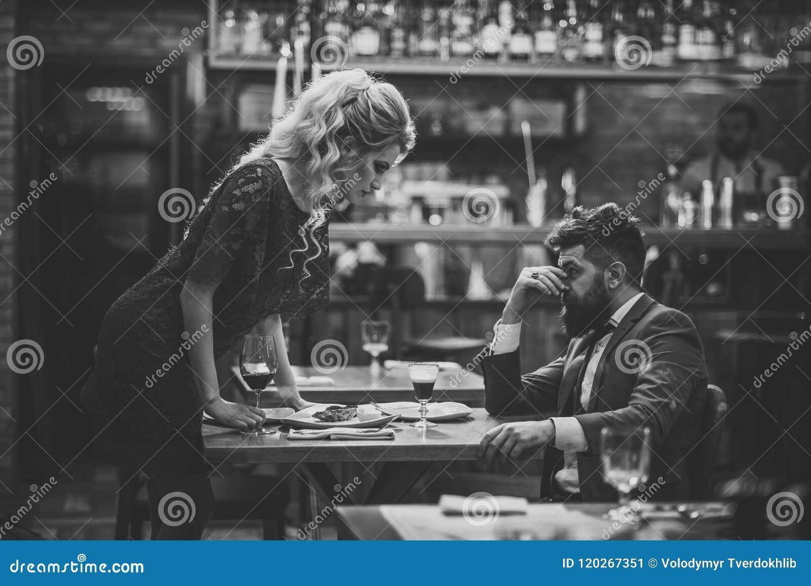 Mauvaise datte Jeunes couples dans le restaurant ayant des problèmes et la crise