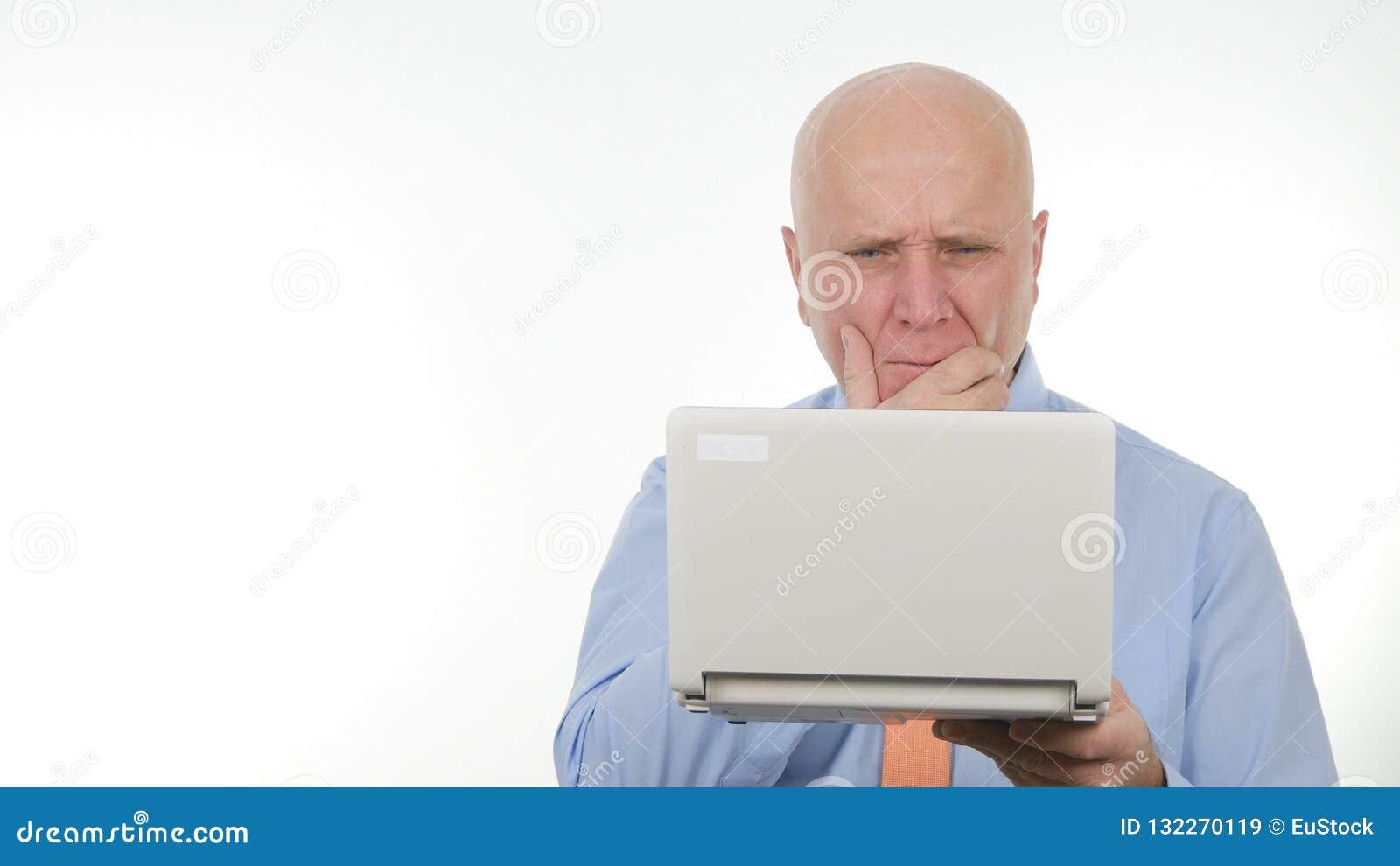 Mauvaise nouvelle déçue d Use Laptop Read d homme d affaires et gesticuler renversement