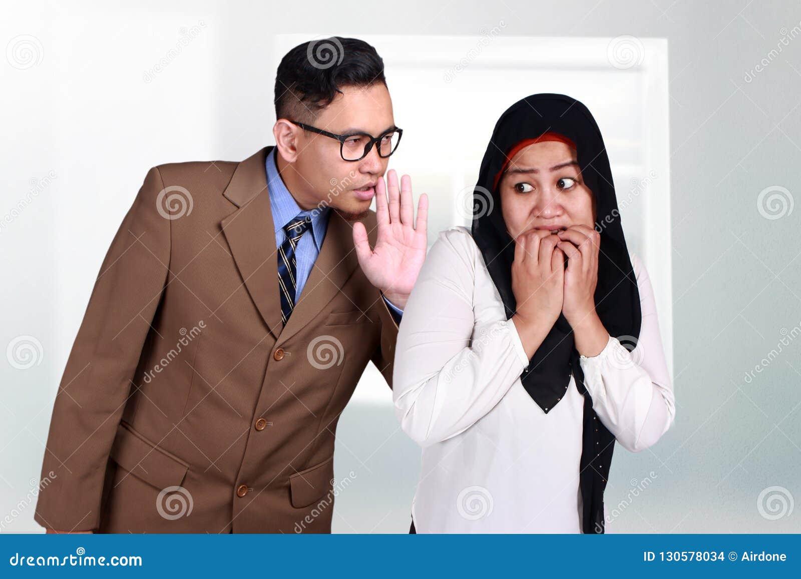 Mauvaise nouvelle de chuchotement d homme à une femme