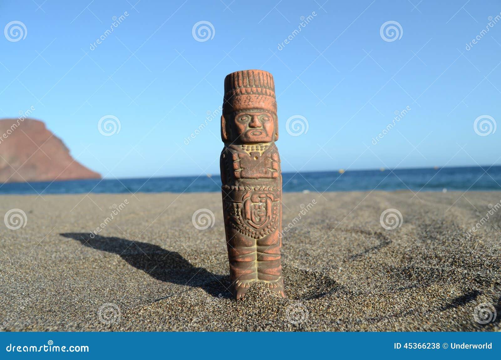 Maya Statue antique sur la plage de sable