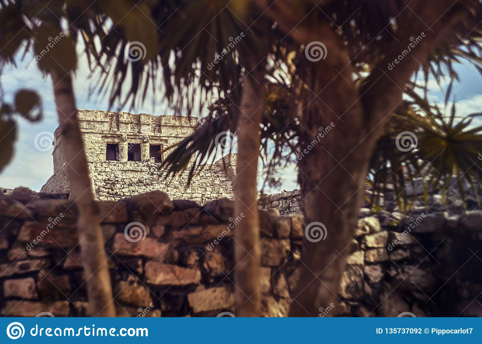 Mayan ruïnes in de afstand