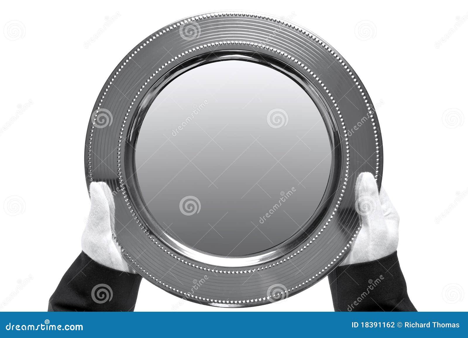 Mayordomo que sostiene una bandeja de plata