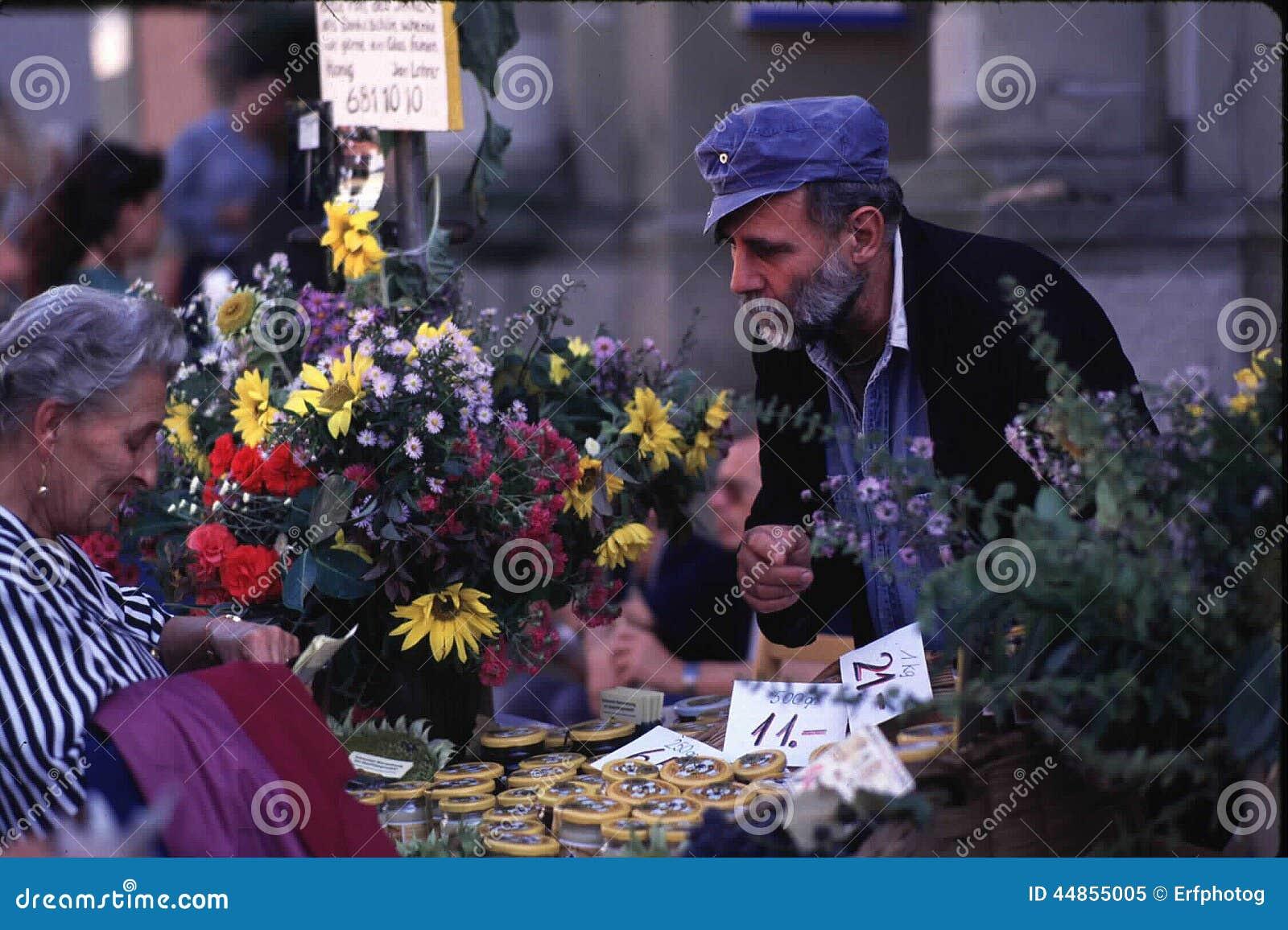 Mayores - comerciante y cliente en el festival suizo
