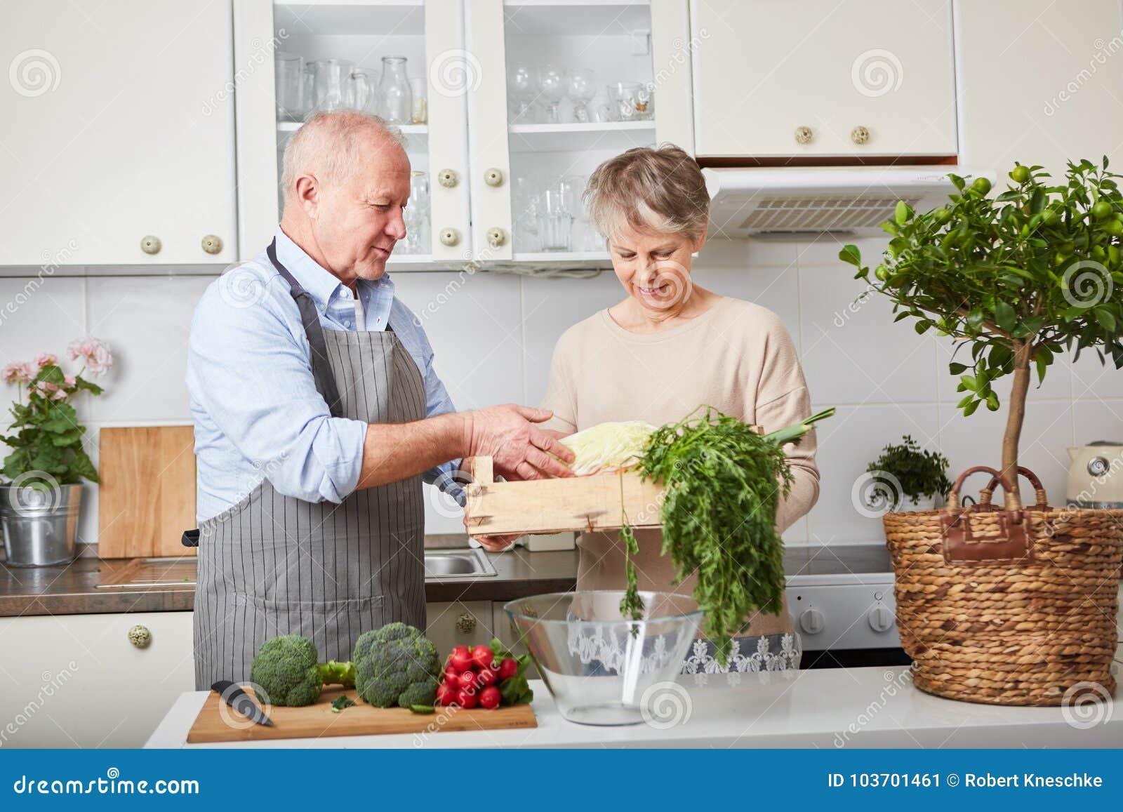 Mayores como pares que cocinan junto