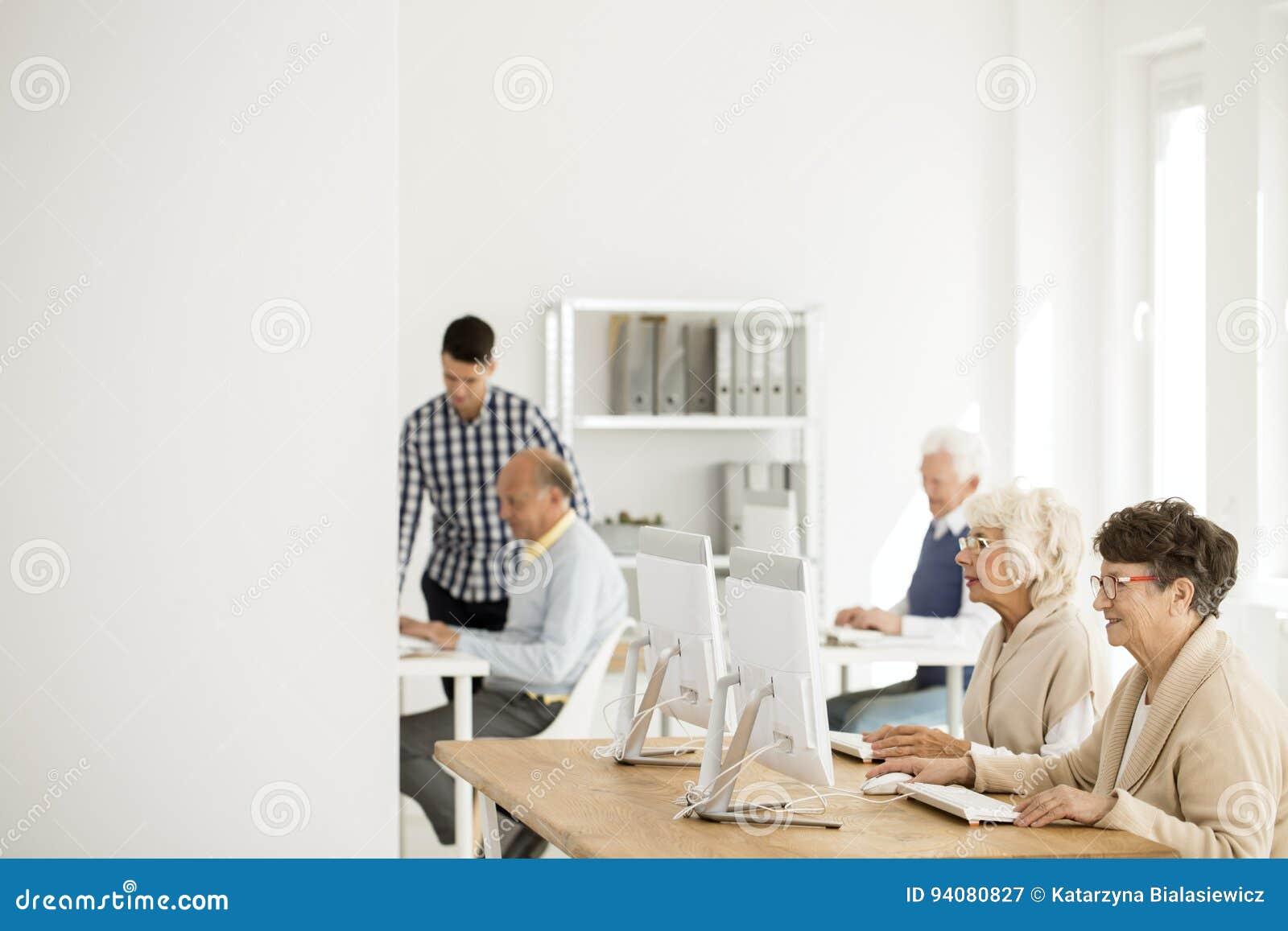Mayores que trabajan en los ordenadores