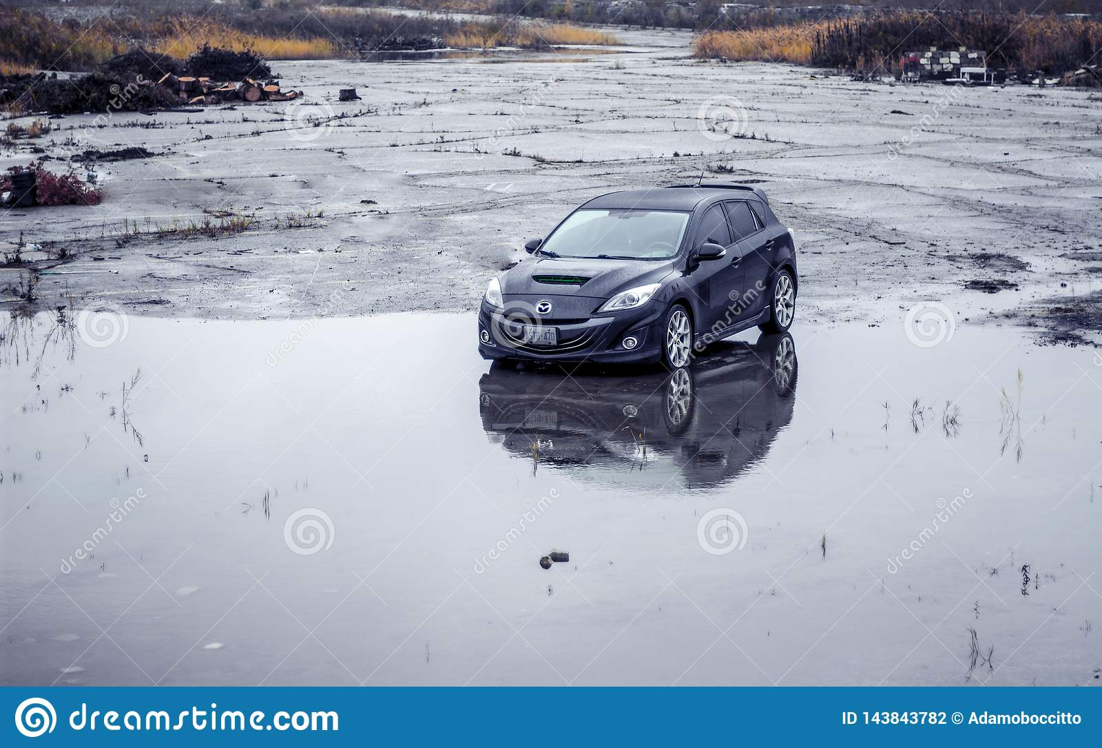 2010 Mazdaspeed3 negro n al estacionamiento mojado abandonado