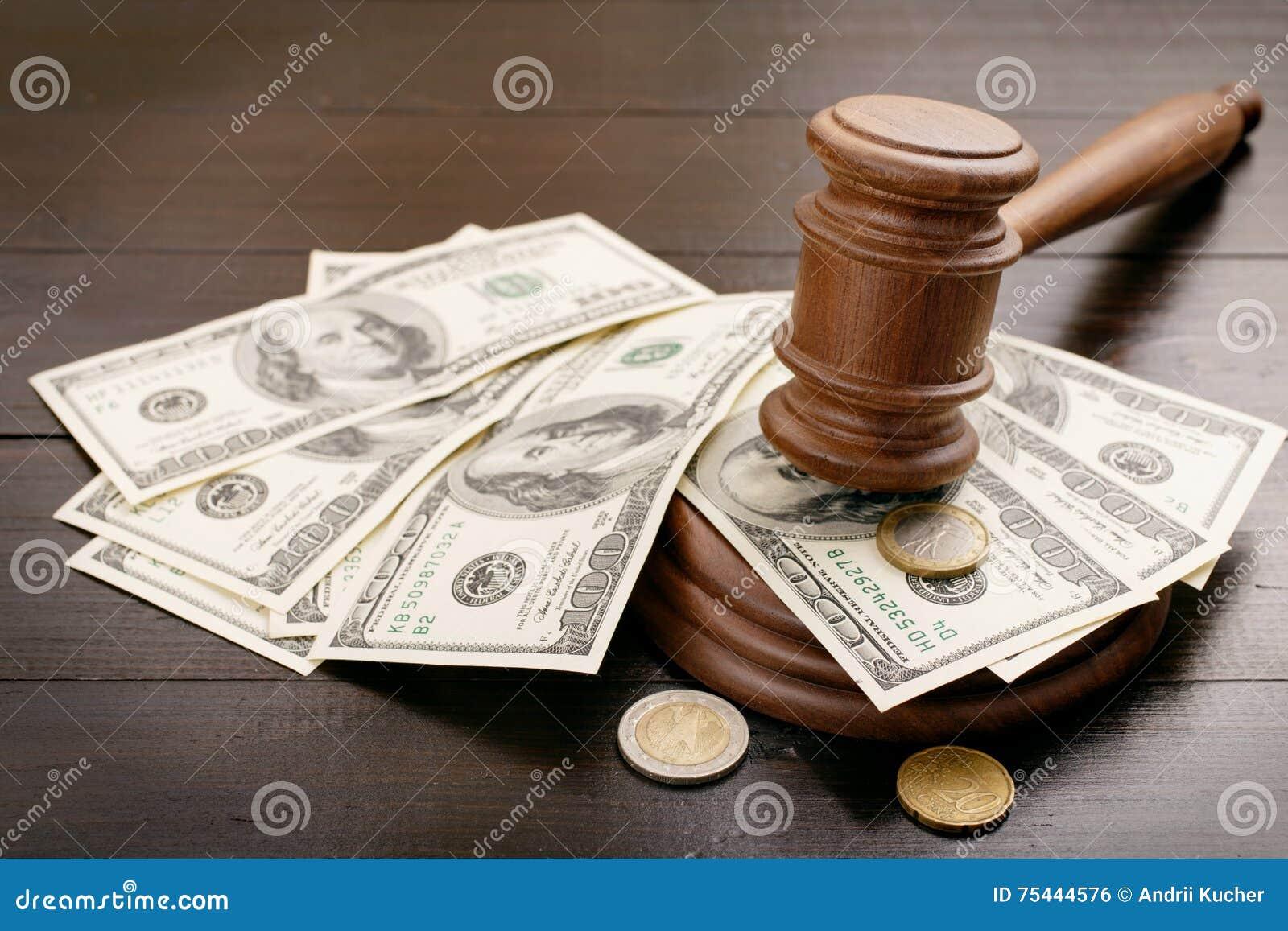 Mazo del juez con los dólares y los centavos euro