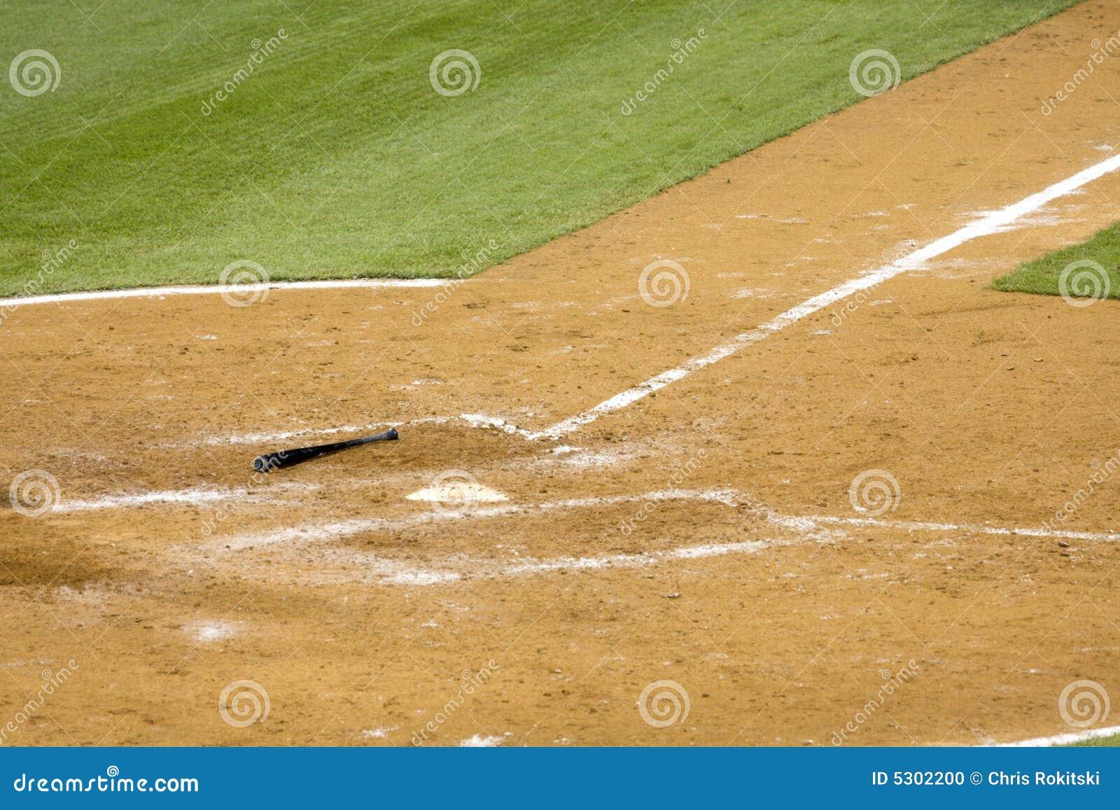 Download Mazza da baseball su terra fotografia stock. Immagine di blocco - 5302200