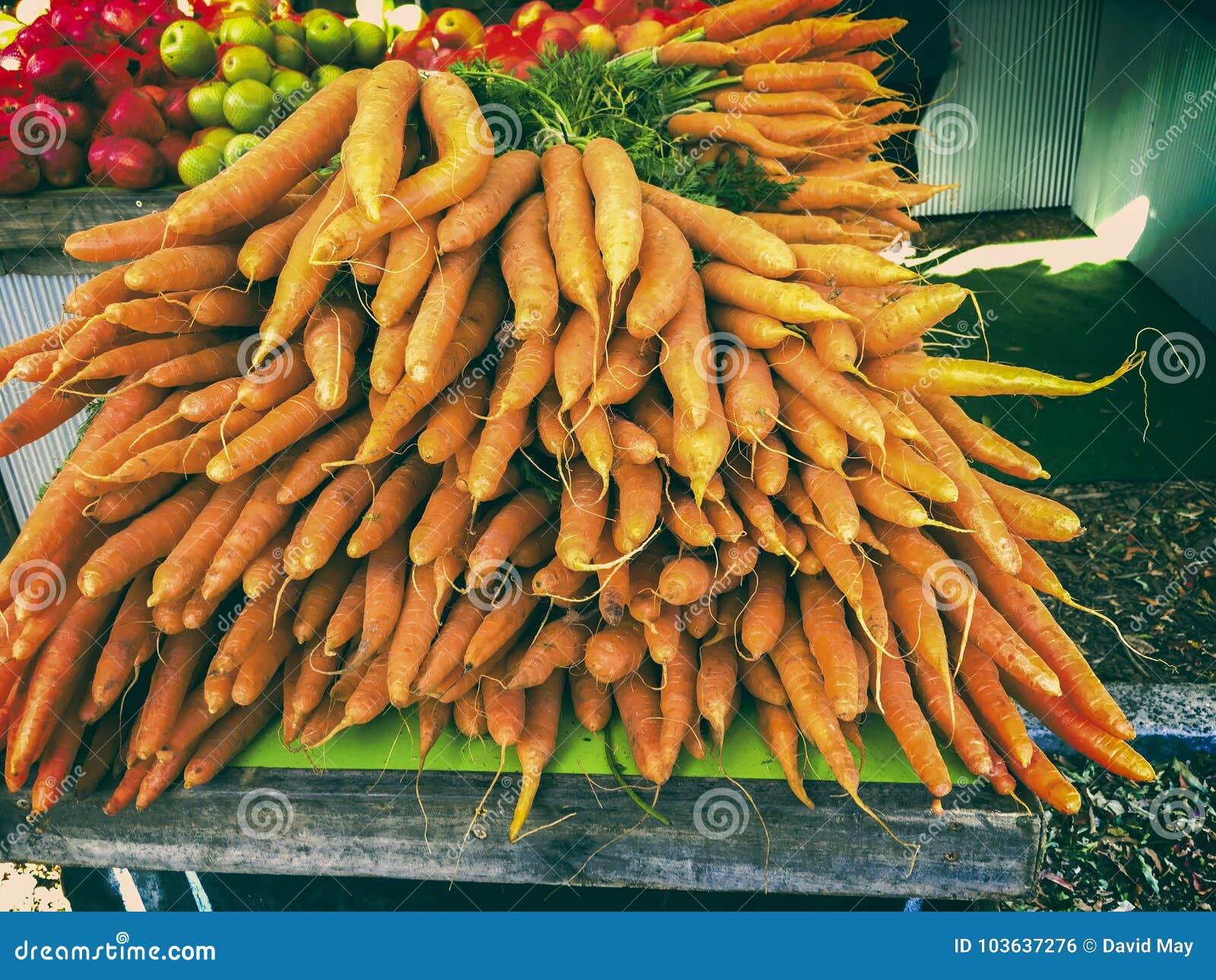 Mazzi di carote al mercato degli agricoltori