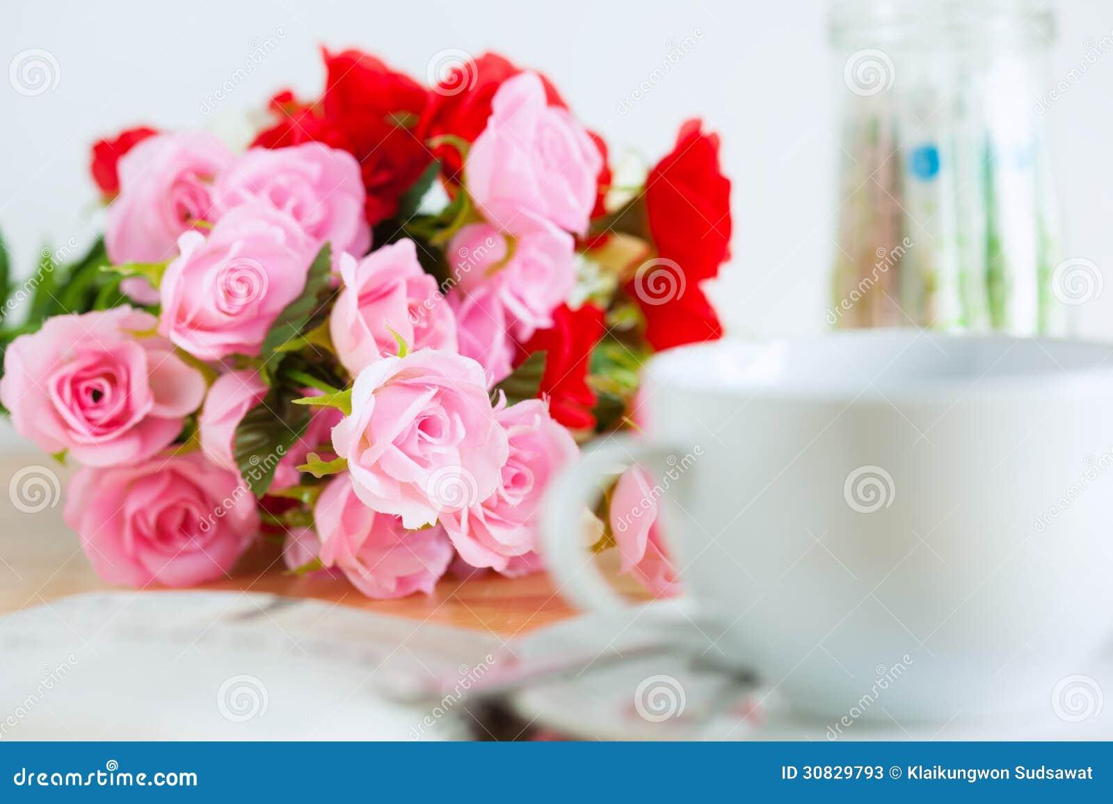 Mazzo artificiale delle rose sullo scrittorio