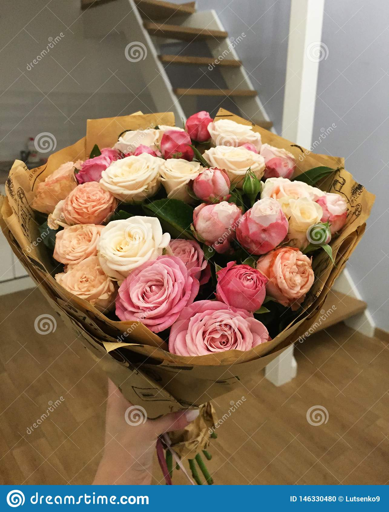 Mazzo con pochi fiori rosa rosa in casa