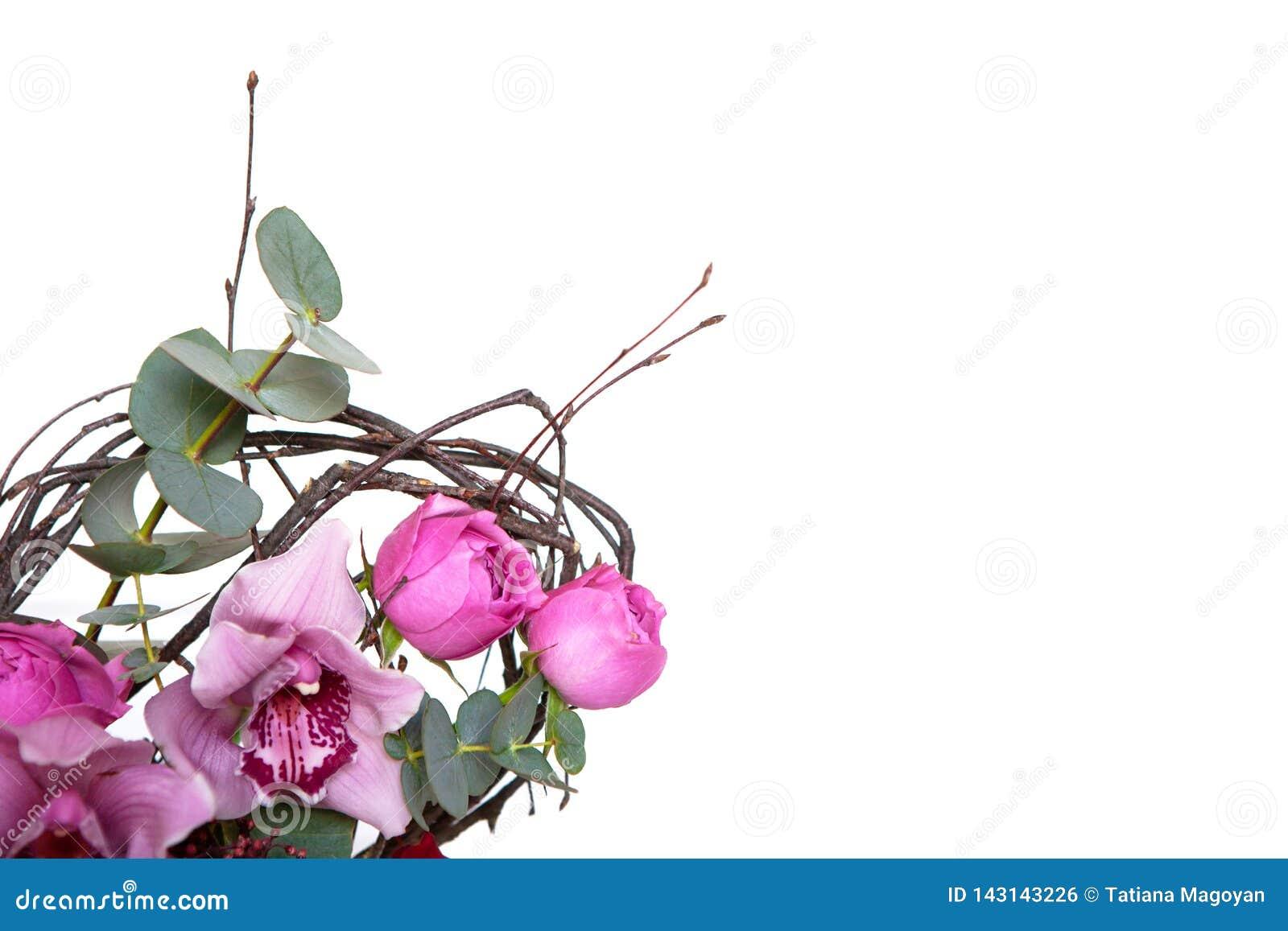 Mazzo creativo del fiore isolato su fondo bianco Modello con lo spazio della copia per la cartolina d auguri, invito, media socia
