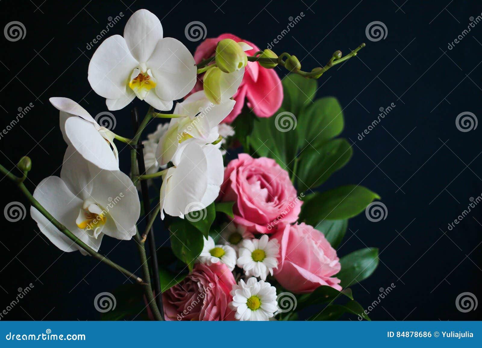 Mazzo Di Fiori Orchidee.Mazzo Dei Fiori Orchidee Bianche Rose Rosa E Margherite
