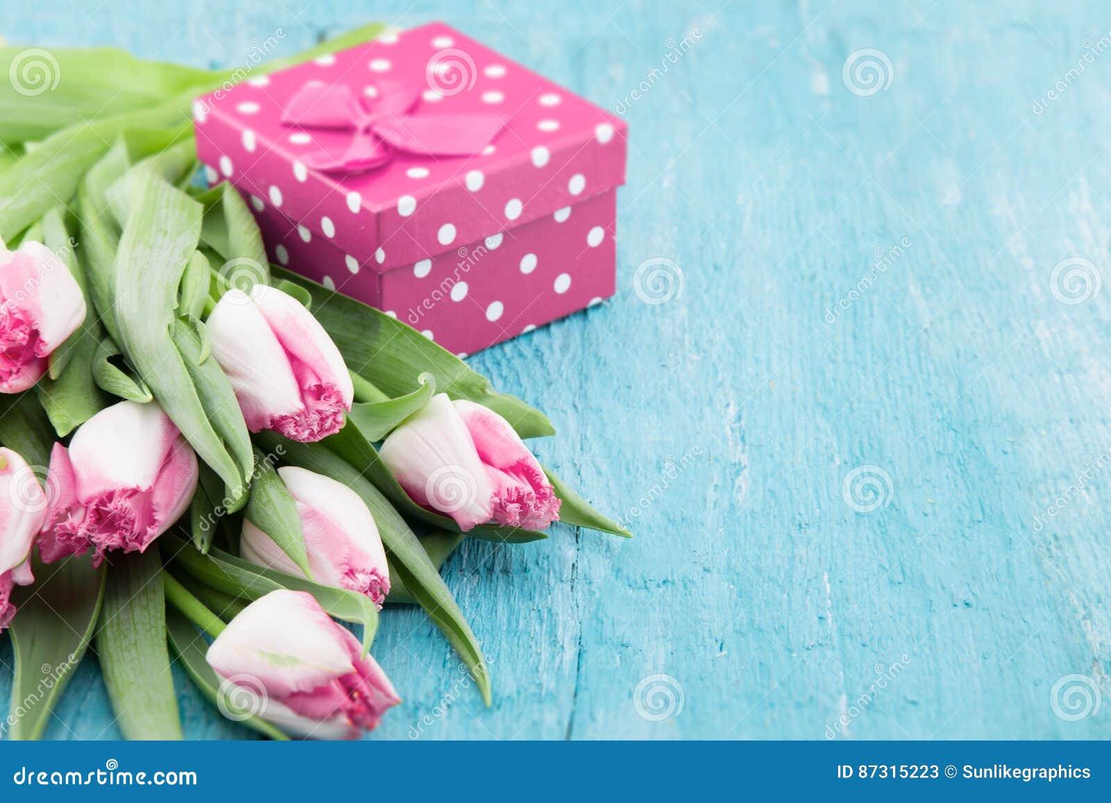 Mazzo dei tulipani e del contenitore di regalo sul backgr for Mazzo per esterni in legno