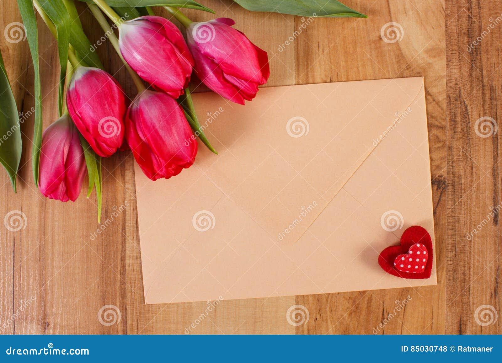 Decorazioni Lettere D Amore mazzo dei tulipani freschi, lettera di amore e cuore