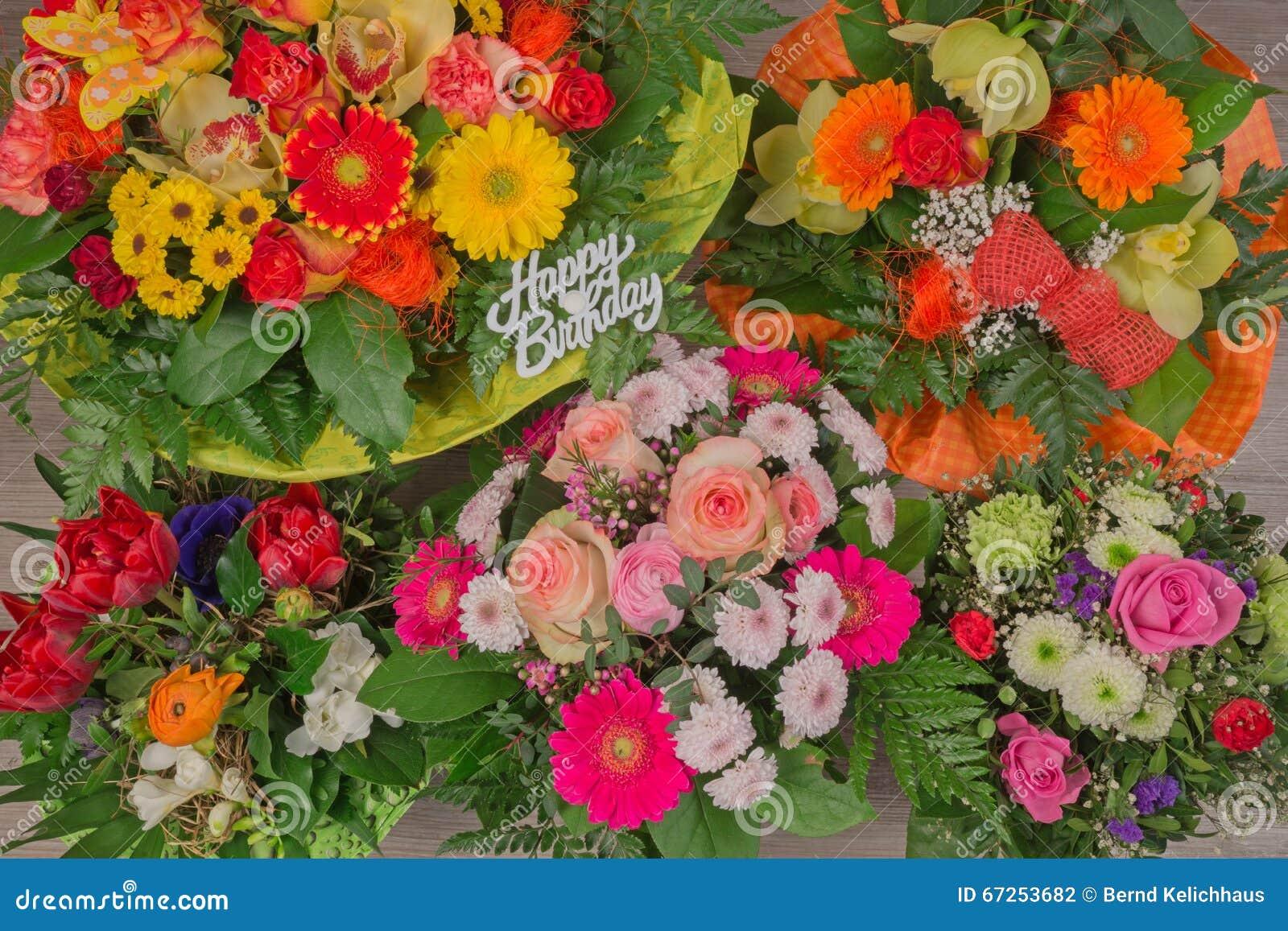 Mazzo Del Fiore Con Il Buon Compleanno Del Testo Fotografia