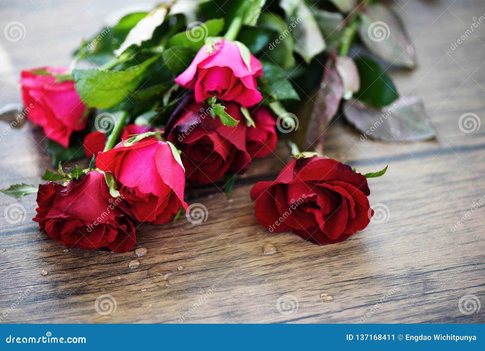 Mazzo del fiore della rosa rossa/rosa ed amore di giorno di biglietti di S. Valentino delle rose rosse sulla tavola di legno