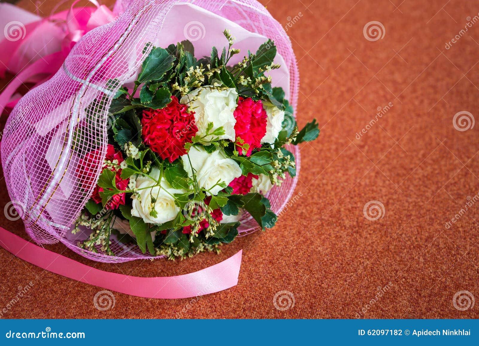 Mazzo del fiore di nozze sul cuscino fotografia stock for Progetti di costruzione del mazzo