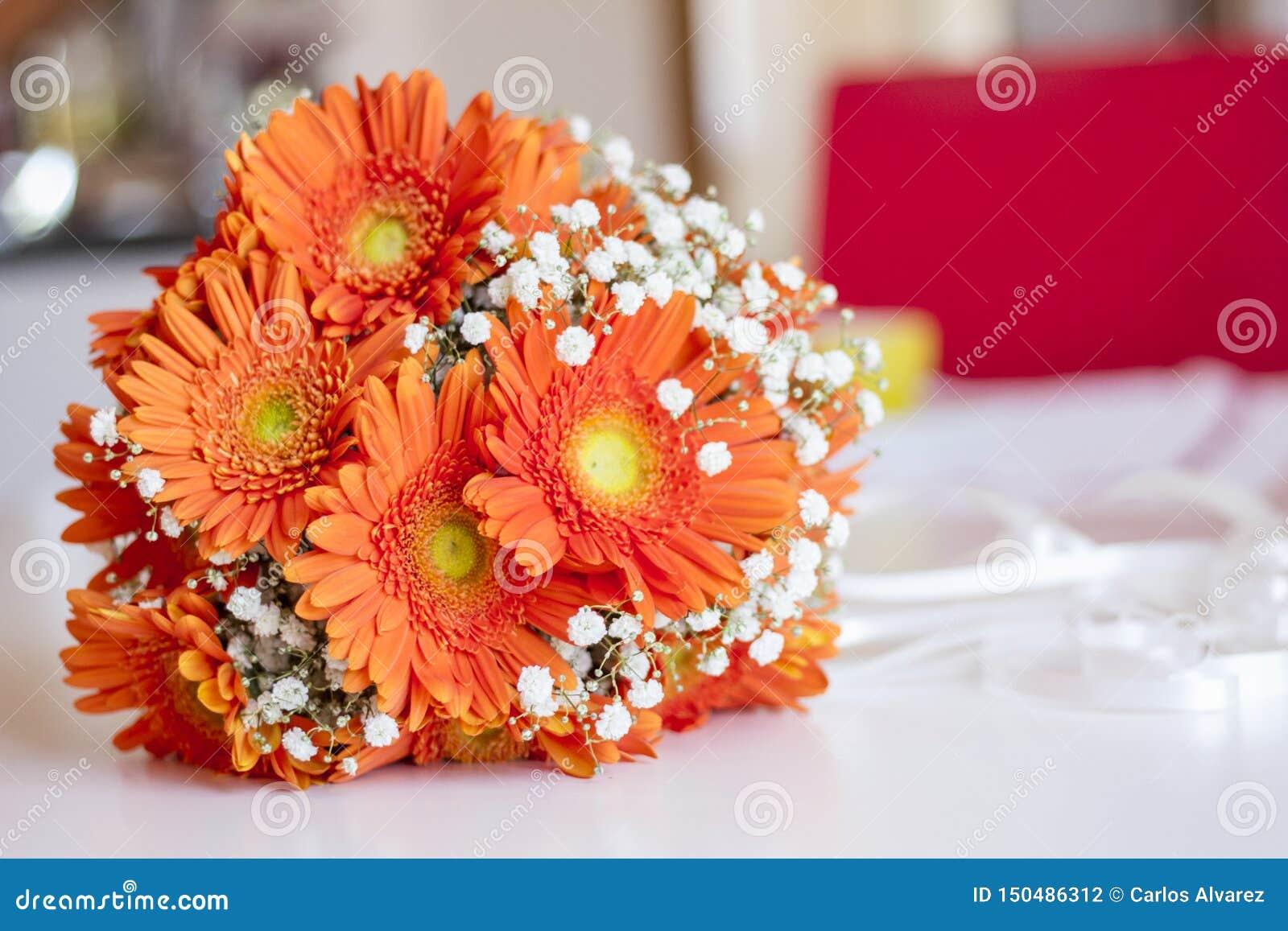 Mazzo della sposa dei fiori arancio e bianco