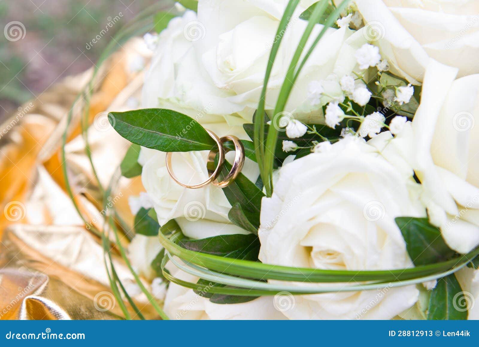 Mazzo delle rose bianche con il primo piano delle fedi for Disegni del mazzo del secondo piano