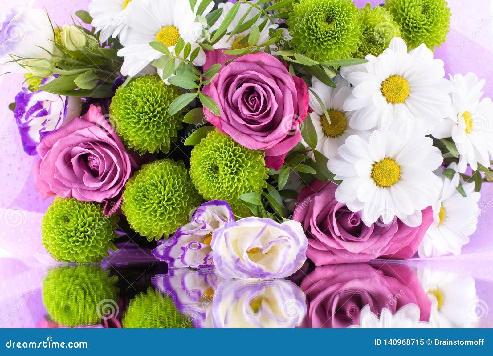 Mazzo delle rose rosa dei fiori, crisantemi bianchi con le foglie verdi sulla fine isolata fondo bianco su