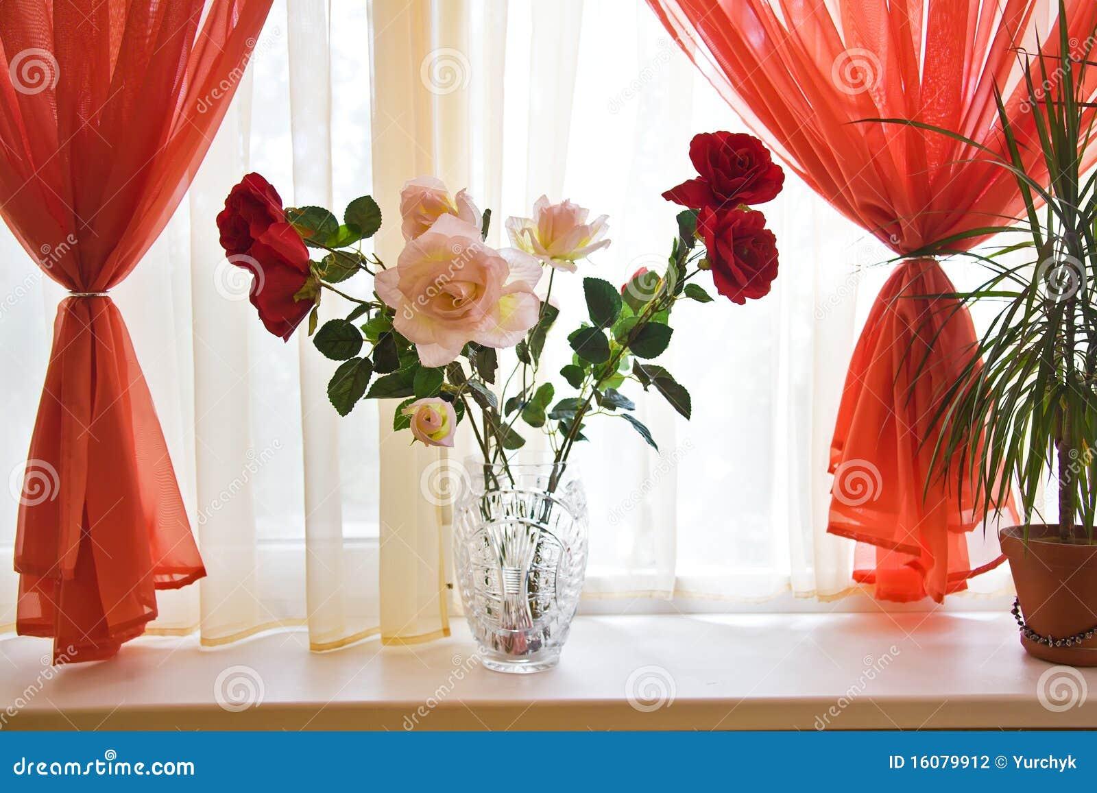 Mazzo delle rose sul davanzale della finestra fotografia - Davanzale interno finestra ...