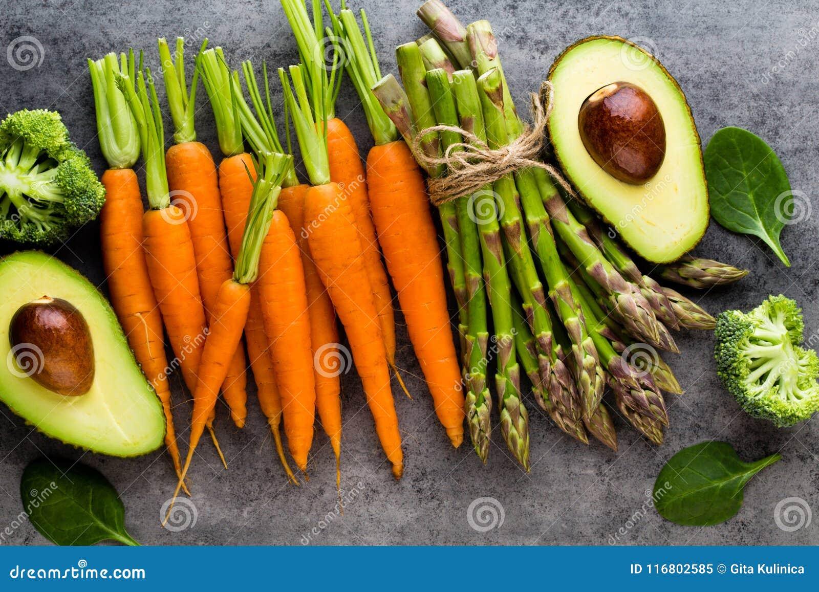 Mazzo di asparago fresco sulla tavola di legno