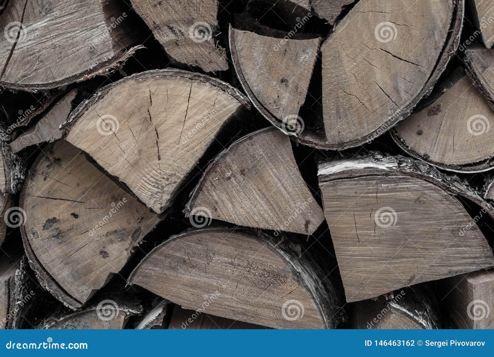 Mazzo di legna da ardere dei ceppi della betulla una fonte di calore un fuoco di fuoco un la pila di fondo scheggiato di legno un