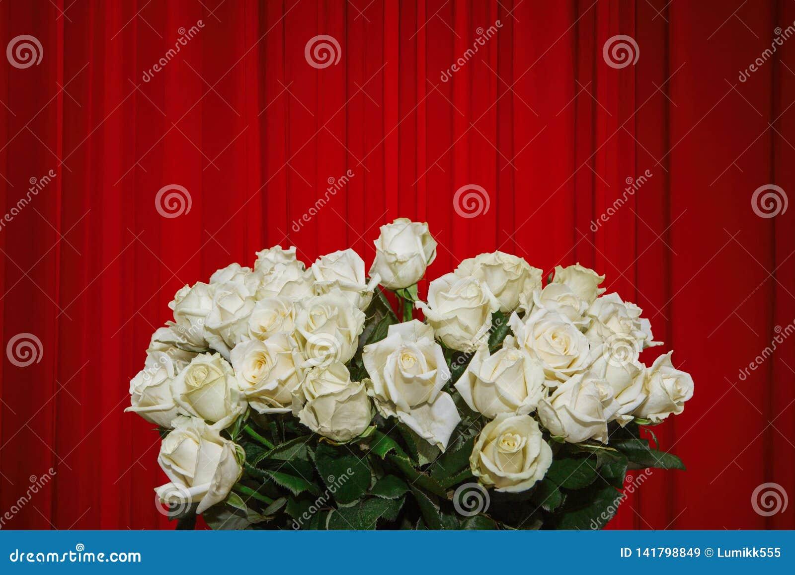 Mazzo di lusso del withl del modello dei fiori delle rose bianche