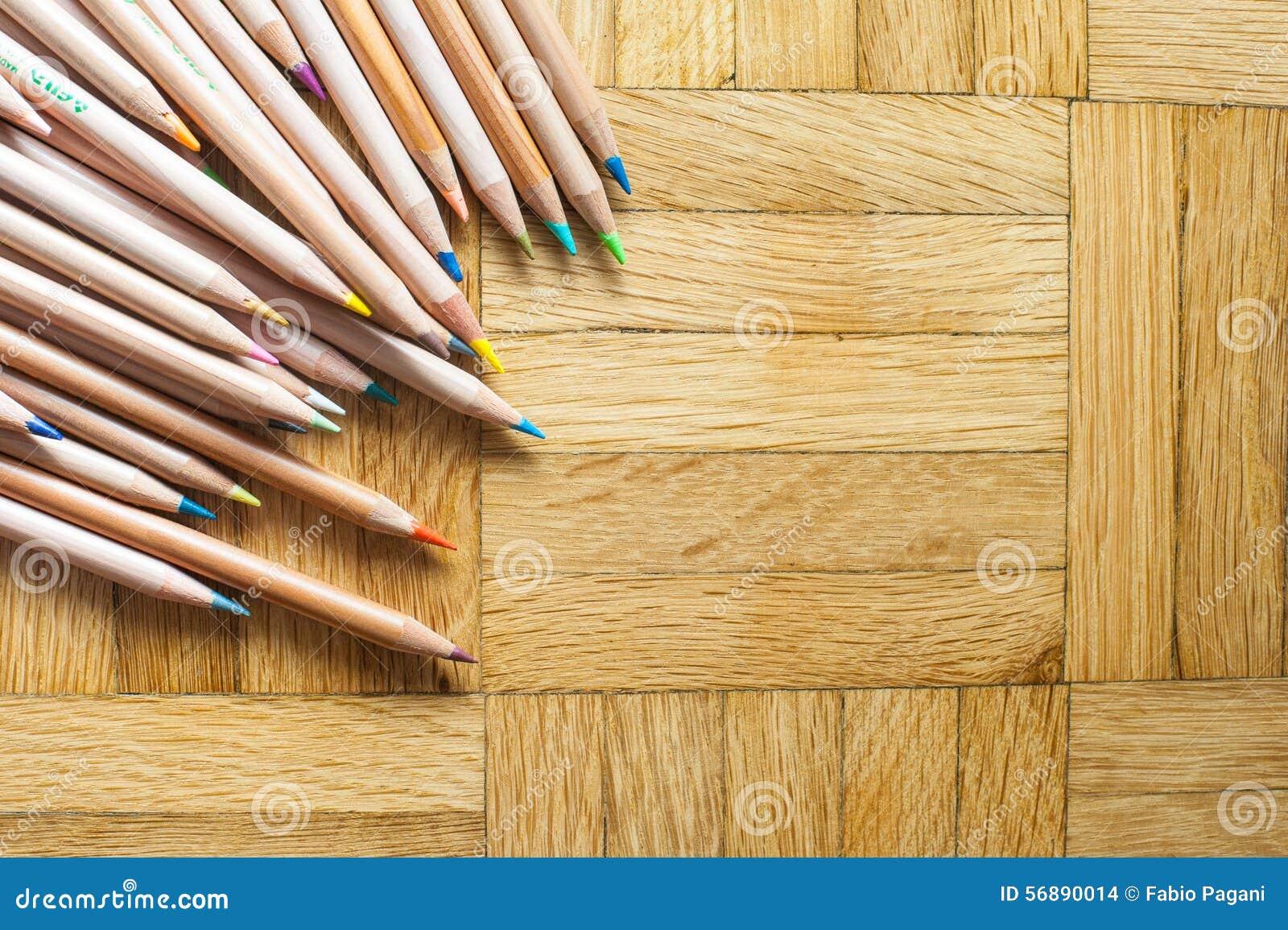 Mazzo di matita con l ente di legno sul fondo del parquet