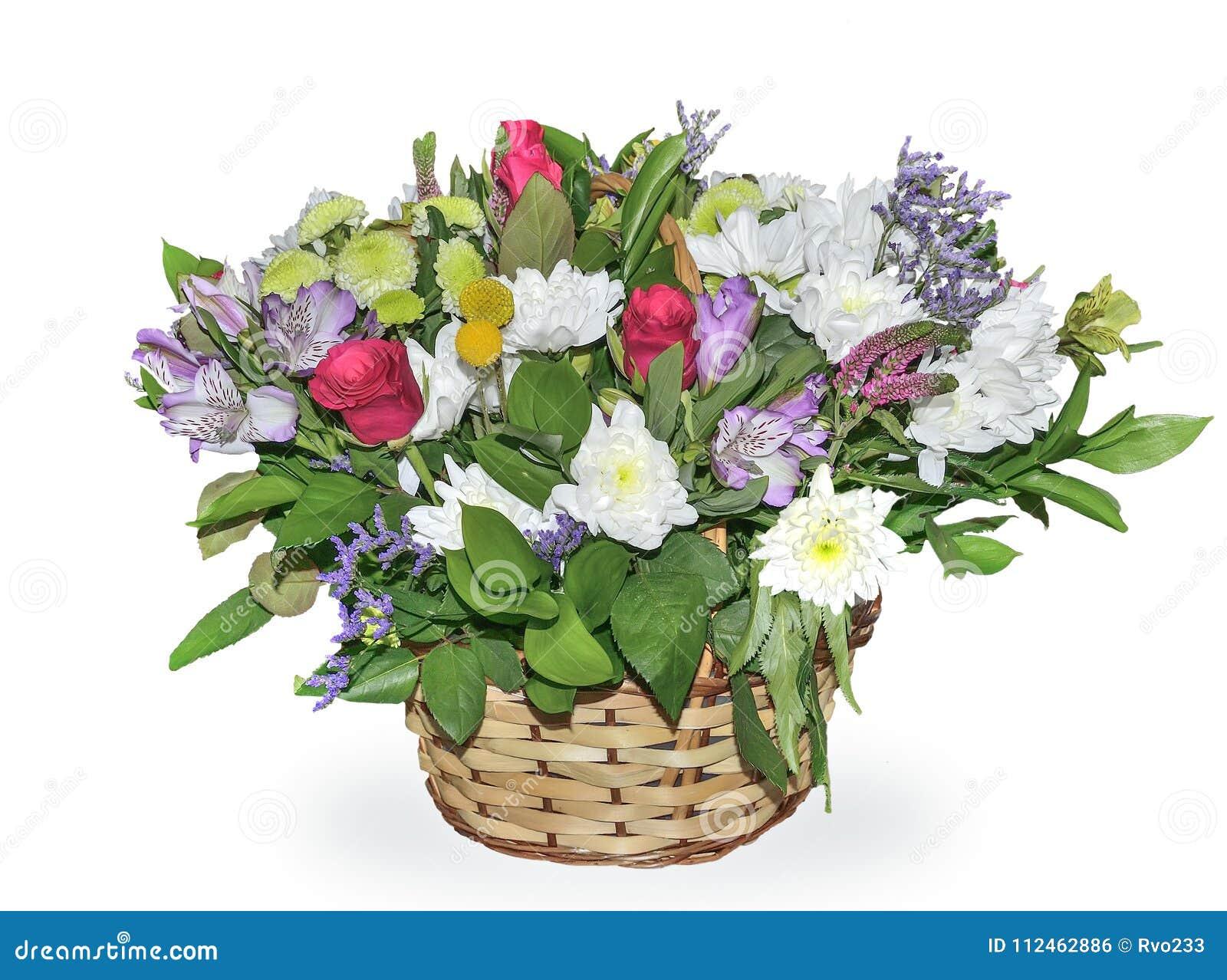 Mazzo festivo dei fiori in canestro di vimini isolato sulle sedere bianche