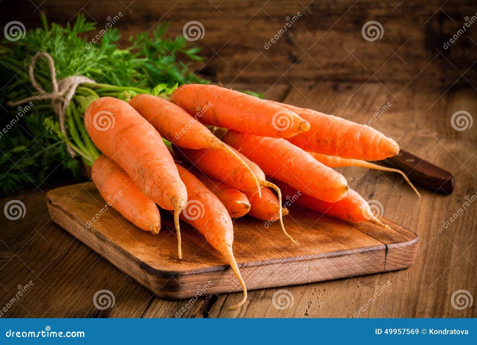 Mazzo fresco delle carote sul tagliere