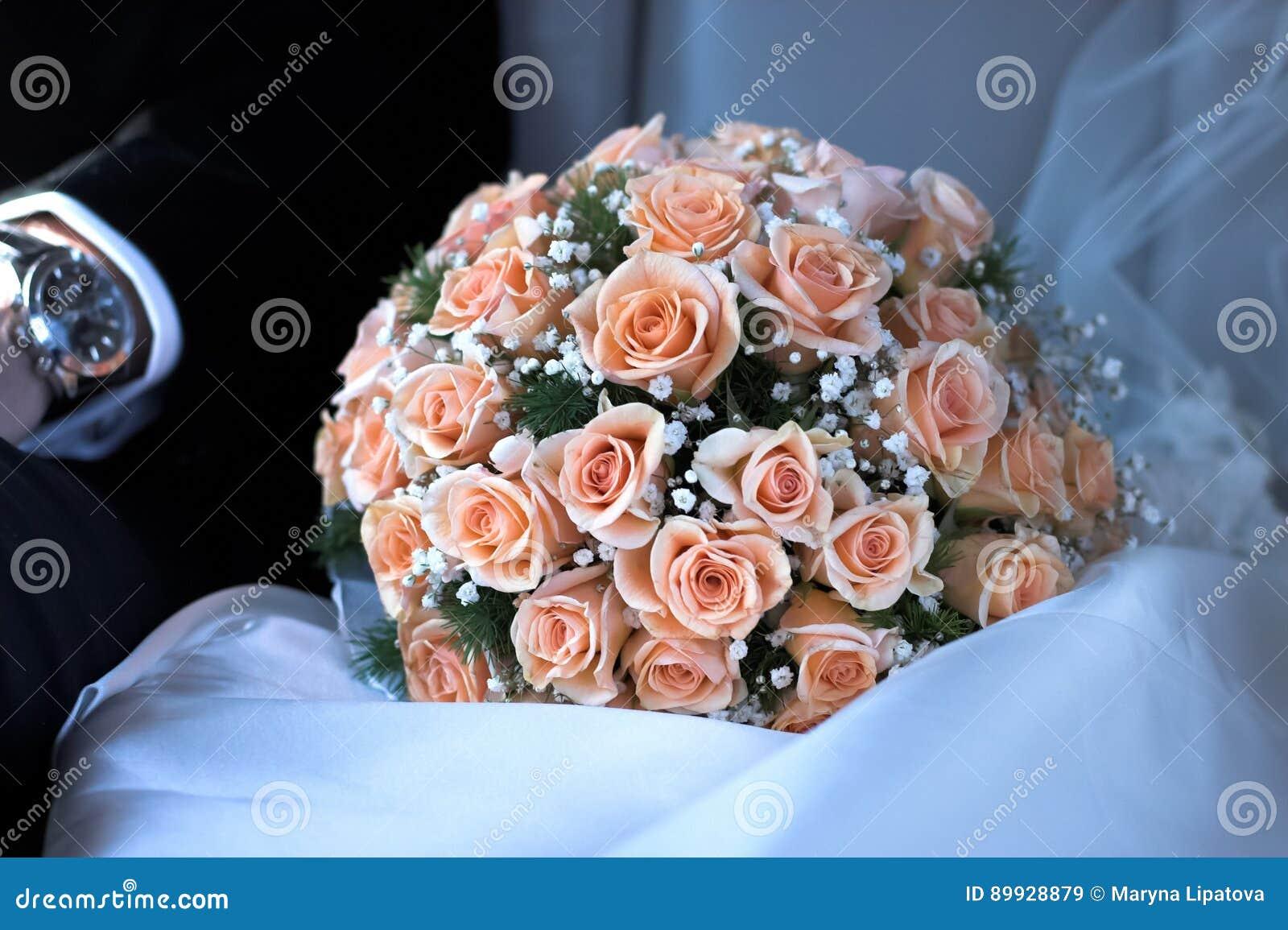 Mazzo nuziale delle rose rosa su nozze