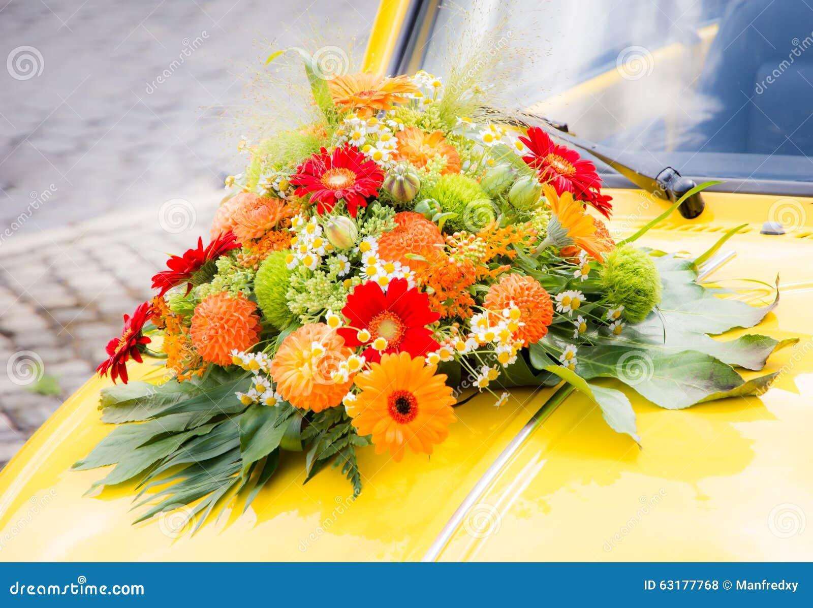 Mazzo nuziale su un 39 automobile gialla di nozze fotografia for Costruire un mazzo di portico