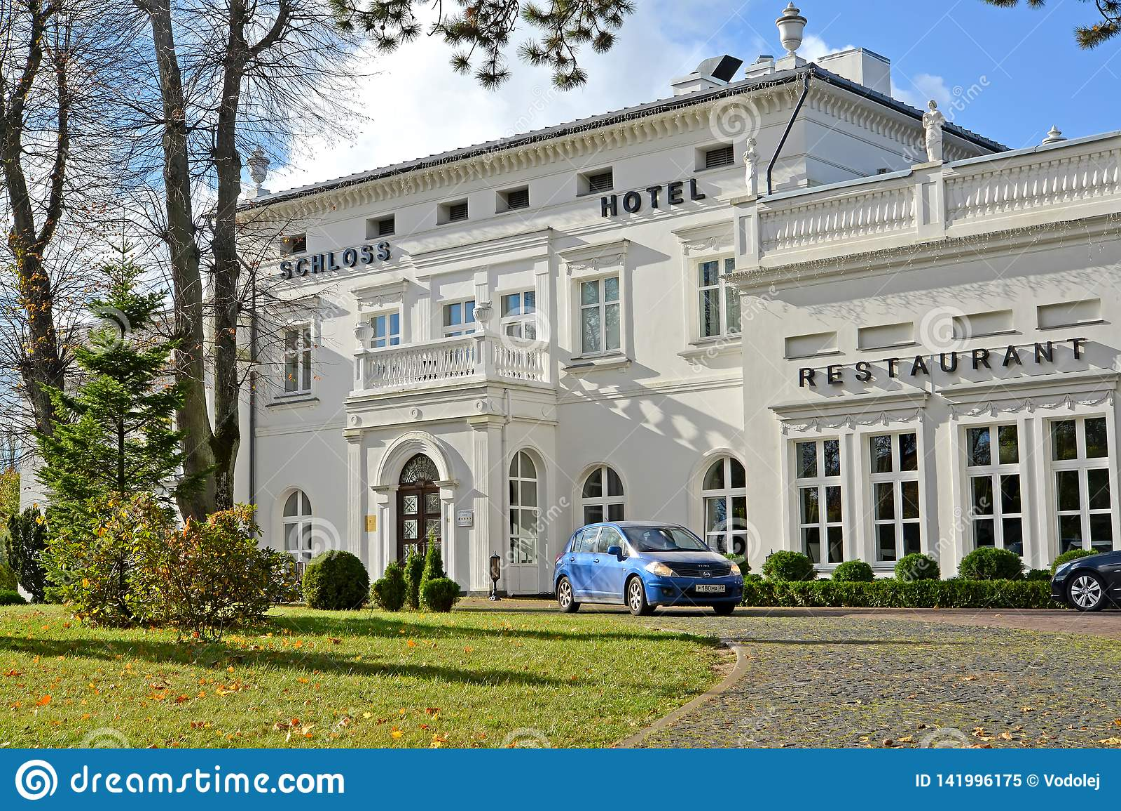 ÂMBAR, RÚSSIA Uma fachada do restaurante do hotel e do hotel de Schloss no dia do outono Região de Kaliningrad