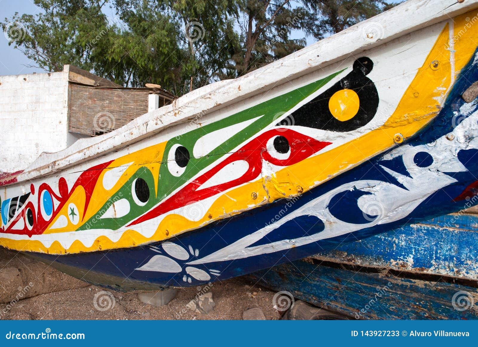 Mbour, Senegal: Dettaglio dei pescherecci colourful incagliati nella sabbia